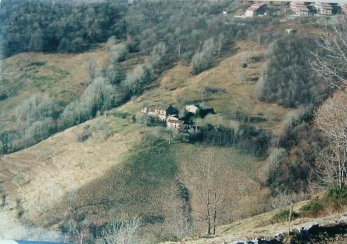 L'antico borgo di Predale, ormai quasi scomparso, come era negli anni Settanta, sotto Ama, altopiano di Selvino Aviatico