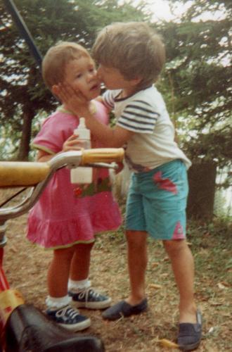 Amora di Aviatico, estate 1991: due bimbi in un unico abbraccio