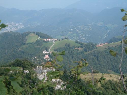 Dall'alto della roccia dolomitica della Cornagera, in Valle Seriana, Bergamo, si accuccia il piccolo borgo di Ganda, ormai abitato solo in estate; sembra attendere un ritorno antico, nell'avanzare dell'autunno.