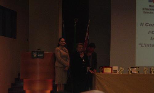 Premio letterario internazionale CEAC Ecuador Milano La Console Generale per l'Ecuador Dottoressa Narcisa Soria Valencia, a sinistra, insieme alla poetessa e Presidente di Giuria Ninnj Di Stefano Busà