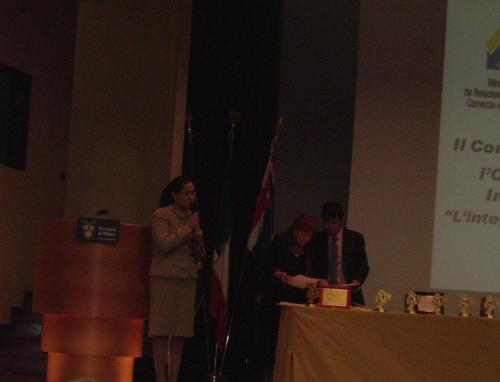 Il Direttore del Centro di Arte e Cultura Ecuador CEAC: Guaman Allende La Console Generale per l'Ecuador Dottoressa Narcisa Soria Valencia, a sinistra, insieme alla poetessa e Presidente di Giuria Ninnj Di Stefano Busà