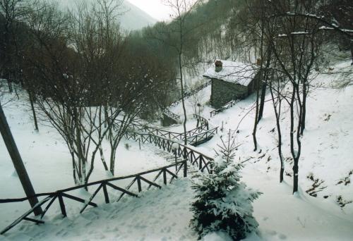 Baita nella neve sulla strada verso Ganda, Altopiano di Aviatico